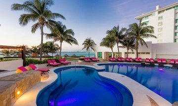 Piscina Altitude by Krystal Grand Punta Cancún All Inclusive -